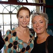 NLD/Amsterdam/20061001 - Uitreiking Blijvend Applaus prijs 2006, Marian Mudder en Doris Baaten