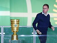 FUSSBALL  DFB POKAL FINALE  SAISON 2018/2019 IN BERLIN RB Leipzig - FC Bayern Muenchen         25.05.2019 SIEGEREHRUNG, Enttaeuschung RB Leipzig; Trainer Ralf Rangnick geht am DFB Pokal vorbei