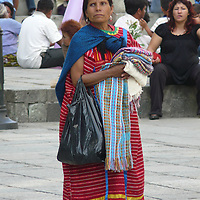 EN&gt; A native zapotec woman in Oaxaca's main square | <br /> SP&gt; Una mujer zapoteca en la plaza principal de Oaxaca
