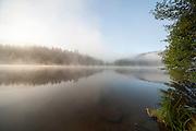 Marbachstausee im Morgennebel, Mossautal, Odenwald, Naturpark Bergstraße-Odenwald, Hessen, Deutschland | Marbach reservoir, morning fog, Mossautal, Odenwald, Hesse, Germany