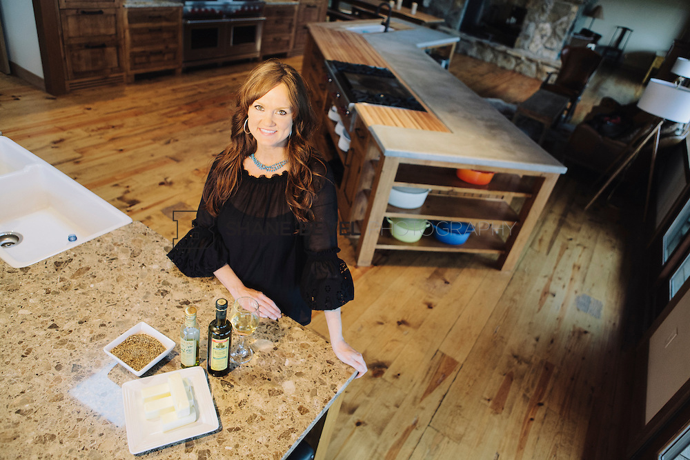 9/15/09 6:09:54 PM -- Ree Drummond, The Pioneer Woman, works in the kitchen in the lodge near her home on the Drummond Ranch near Pawhuska, Okla. ..Photo by Shane Bevel