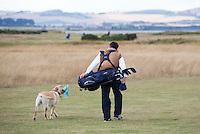 ST. ANDREWS -Schotland-GOLF. Weekend op de golfbanen van St. Andrews. Hond mee op de Old Cousre. Hond draagt cap.   COPYRIGHT KOEN SUYK