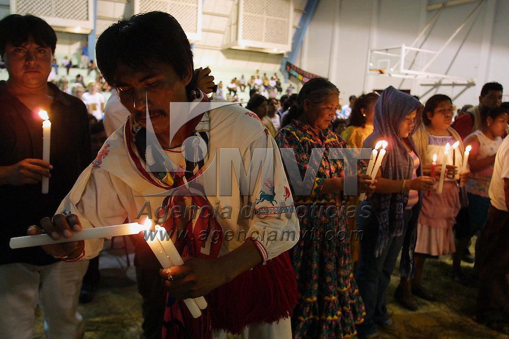 Cancun, M&eacute;x.- Indigenas hacen un ritual en memoria de Lee Kyung Hae activista globalifobico de Korea que se suicido esta tarde durante las protestas en contra de la cumbre de la Organizacion Mundial de Comercio. Agencia MVT / Mario Vazquez de la Torre. (DIGITAL)<br /> <br /> NO ARCHIVAR - NO ARCHIVE