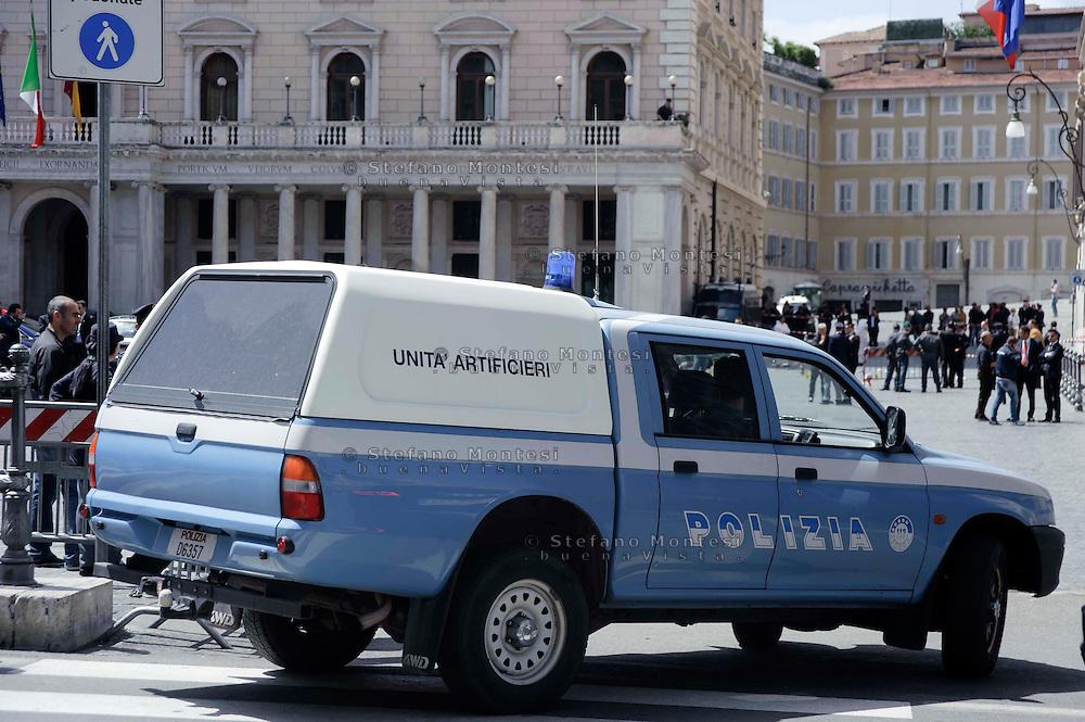 Roma 28 Aprile 2013.Gli artificeri della polizia sul luogo della sparatoria davanti Palazzo Chigi dove sono stati feriti due carabineri da un uomo poi arrestato.