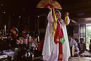 Gut chamanist ceremony for healing  Seoul  Korea    ///Gut ( cérémonie chamaniste) sur les hauteurs de Seoul , une jeune femme malade essaie de se libérer avec l'aide d'un chaman et de ses aides  Seoul  Corée  ///R20134/    L0006957  /