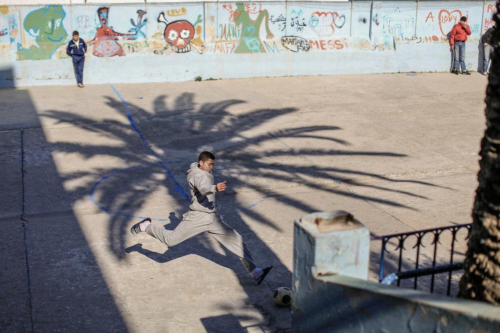 198 / Fussball in Tanger: AFRIKA, MAR, MAROKKO, TANGER, 09.02.2011: Ein Junge spielt Fussball im Hof der Darna Schule in Tanger. - Marco del Pra / imagetrust - Stichworte: Afrika, Al Maghreb, Arabisch, Ball, berber, Fussball, Fussballer, Hof, Islam, islamisch, Jugend, Jugendlicher, Junge, Koenig, Koenigreich, laufen, Maghreb, maroc, Marokko, mohammed VI, Muslim, muslimisch, Nordafrika, Palme, Schatten, spielen, Sport, zielen, schiessen, Tor,