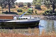 Nederland, Giesbeek, 7-8-2018 Door de aanhoudende droogte hebben mens en natuur het moeilijk .Laagwater in de rivier. Waterstand in de IJssel is laag, maar kan nog bevaren worden . Schepen moeten minder lading innemen om niet te diep te komen . Hierdoor is het drukker in de smallere vaargeul. Foto: Flip Franssen