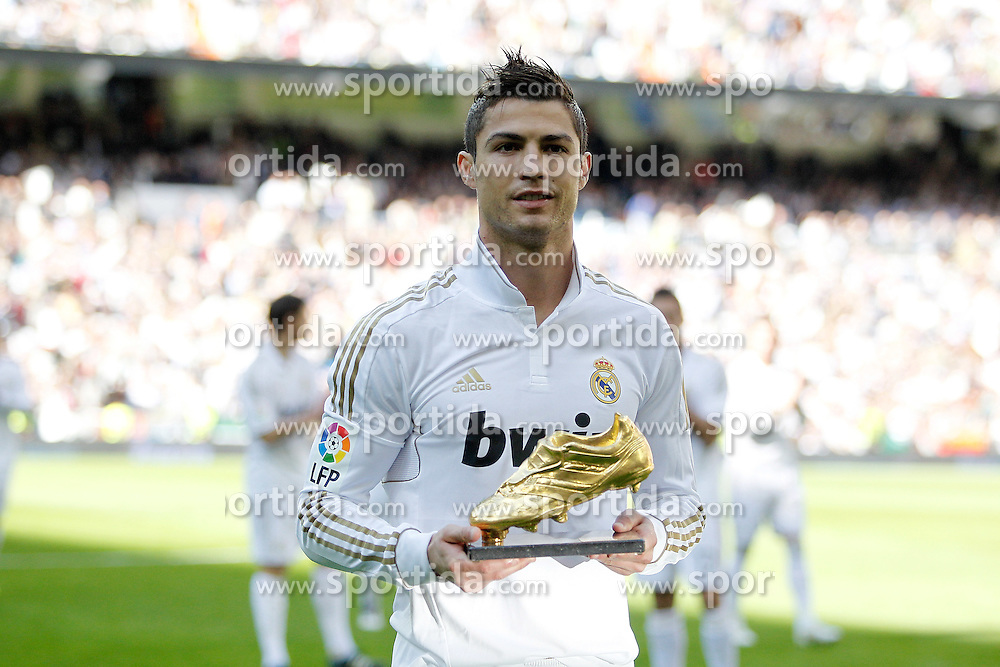 06.11.2011, Santiago Bernabeu Stadium, Madrid, ESP, Primera Division, Real Madrid vs CA Osasuna, im Bild  Real Madrid's Cristiano Ronaldo offers his golden boot to fans  // before Primera Division league football match between Real Madrid an CA Osasuna at Santiago Bernabeu Stadium, Madrid, Spain on 06/11/2011. EXPA Pictures © 2011, PhotoCredit: EXPA/ Alterphoto/ Alvaro Hernandez +++++ ATTENTION - OUT OF SPAIN/(ESP) and OUT OF SWISS/(SUI) +++++