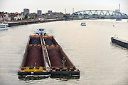 Nederland, Nijmegen, 5-5-2014Binnenvaartschip, een vierbaks duwcombinatie, met kolen en ijzererts vaart over de Waal bij Nijmegen,Foto: Flip Franssen/Hollandse Hoogte