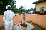 A co worker is pumping water at the Basic Emergency of Steric and Newborn Care facility in the Fadugu Village at Koinaduguou District in Makeni (July 18, 2016). The doctor's office and other rooms of the facility do not have enough electrical light in the rooms. <br /> Midwife and nurses have to rely on daylight and flashlights during the examinations.<br /> <br /> Parts of the Bemonc Project was funded by the European Union. <br /> <br /> The MDG Initiative in Sierra Leone - Bridging the gaps to attain MDG 4 and 5:<br /> The desired impact of the program is to contribute to the reduction of the mortality and morbidity of children under 5, infants, newborn and pregnant women in the next three years.