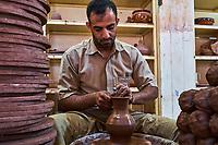 Sultanat d'Oman, gouvernorat de Ad-Dakhiliyah, Bahla, les poteries de Bahla sont réputées dans tout le pays // Sultanate of Oman, Ad-Dakhiliyah Region, Bahla, potter at the factory