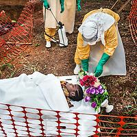 21/04/2014. Gueckedou. Guin&eacute;e Conakry.  <br /> <br /> Deux jours apr&egrave;s avoir &eacute;tait test&eacute;e positive &agrave; l'Ebola, Finda Marie Kamano d&eacute;c&egrave;de.<br /> Les membres de la famille sont autoris&eacute;s &agrave; apporter leur propre cercueil pour enterrer Finda.<br /> <br /> Two days after was tested positive for Ebola, Finda Marie Kamano dies. <br /> The family members are allowed to bring their own coffin to bury Finda.<br /> <br /> &copy;Sylvain Cherkaoui/Cosmos/MSF
