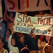 NLD/Hilversum/20070317 - Finale uitzending SBS Sterrendansen op het IJs 2007, Helen van Haren, partner van Frank de Boer en dochter Romy met spandoek voor Sita Vermeulen