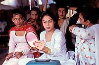 Pakistan - Hijra, les demi-femmes du Pakistan - Nadra : 22 ans, elle travaille depuis 8-9 ans. Beaucoup d'Hijra ont subit une opération, mais Nadra est une Hijra naturelle. Elle est de Bahawalpur. Sa famille a accepté la situation.<br /> Elle a 4 serviteurs qui lui repassent ses affaires, l'aide à se préparer, à attacher ses chaussures pour danser.<br /> // Pakistan. Punjab province. Hijra, the half woman of Pakistan