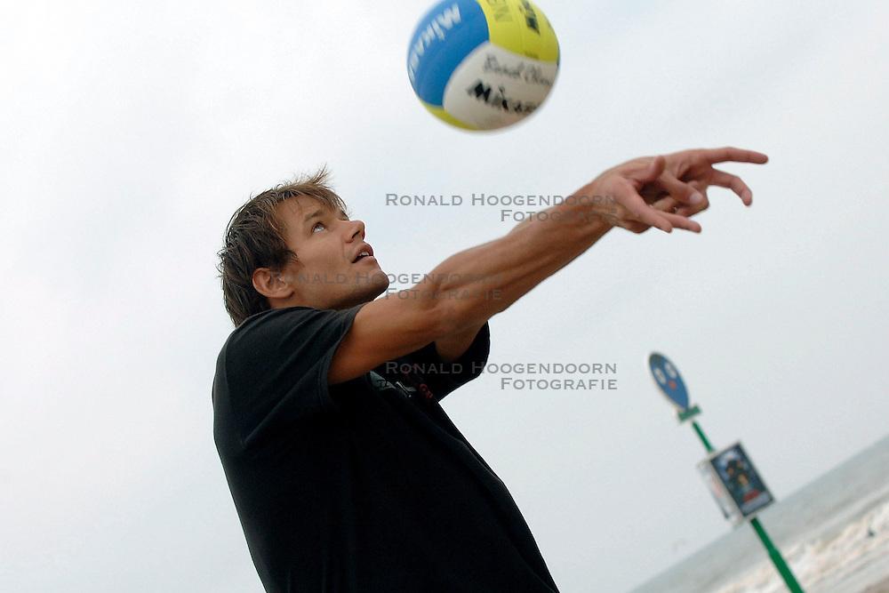 15-08-2006 VOLLEYBAL: BEACHVOLLEYBAL TEAM SCHUIL NUMMERDOR: SCHEVENINGEN<br /> Training van beachteam Richard Schuil en Reinder Nummerdor<br /> &copy;2006-WWW.FOTOHOOGENDOORN.NL