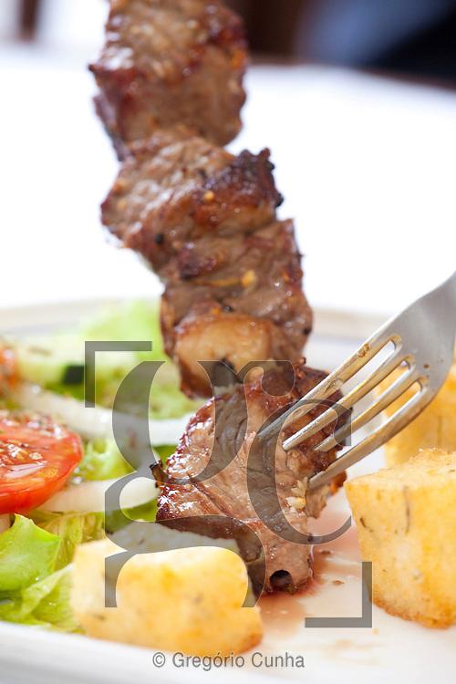 Restaurante Santo Antonio, Estreito de Camara de Lobos, Ilha da Madeira, Espetada Regional, Espetada.Foto Gregorio Cunha