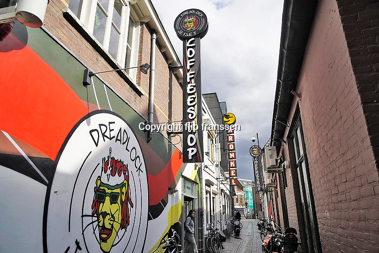 Nederland, Nijmegen, 9-9-2017In de Vlaamse Gas zitten verschillende coffeeshops. Onlangs is een bewoner van de hoek Vlaamsegas- Tweede Walstraat zijn huis uit gepest door rondhangende dealers. Dit is voor de burgemeester en wethouders de aanleiding geworden het gebied strenger te controleren, en de overlast aan te pakken. Er wordt veel gedeald en verscillende opanden zijn slecht onderhouden en in bouwvallige staat. Op het raam van een van  de coffeshops wordt gemaand niet te blijven rondhangen om overlast voor de buurt te voorkomen. Foto: Flip Franssen