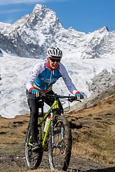 15-09-2017 ITA: BvdGF Tour du Mont Blanc day 6, Courmayeur <br /> We starten met een dalende tendens waarbij veel uitdagende paden worden verreden. Om op het dak van deze Tour te komen, de Grand Col Ferret 2537 m., staat ons een pittige klim (lopend) te wachten. Na een welverdiende afdaling bereiken we het Italiaanse bergstadje Courmayeur. Nicole