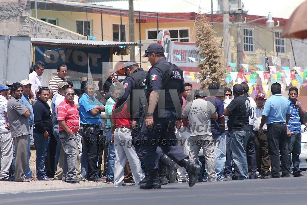 Almoloya de Juárez, México.- Taxistas de Almoloya de Juárez montaron un reten a la entrada de este municipio  para evitar que taxistas de Toluca suban pasaje de esta zona con destino a la capital mexiquense, algunos policías municipales resguardaron el lugar para evitar algún enfrentamiento.  Agencia MVT / José Hernández