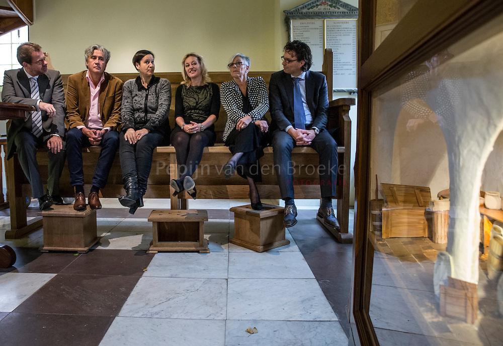 Assen 20141022. Mariëtte (Jet) Bussemaker, Minister van Onderwijs, Cultuur en Wetenschap, bezoekt Drents Museum. Links Harry Tupan, rechts Annabelle Birnie. foto: Pepijn van den Broeke. kilometers: 64