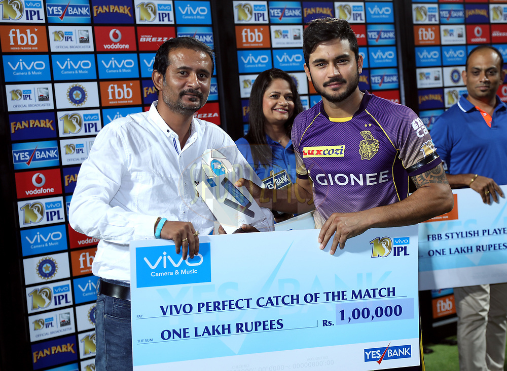 Manish Pandey of the Kolkata Knight Riders receives VIVO perfect catch of the award during the presentation of the match 30 of the Vivo 2017 Indian Premier League between the Rising Pune Supergiants and the Kolkata Knight Riders  held at the MCA Pune International Cricket Stadium in Pune, India on the 26th April 2017<br /> <br /> Photo by Sandeep Shetty - Sportzpics - IPL