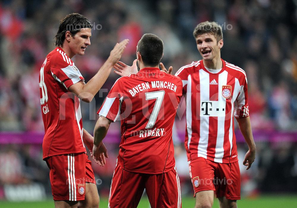 Fussball 1. Bundesliga :  Saison   2010/2011   12. Spieltag  14.11.2010 FC Bayern Muenchen - 1 FC Nuernberg (v. li.) Bayern JUBEL nach dem Tor zum 3:0, Mario Gomez, Franck Ribery, Thomas Mueller
