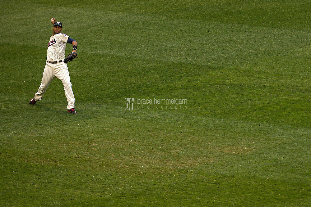 MINNEAPOLIS, MN- SEPTEMBER 24: Aaron Hicks #32 of the Minnesota Twins pitches against the Arizona Diamondbacks on September 24, 2014 at Target Field in Minneapolis, Minnesota. The Twins defeated the Diamondbacks 2-1. (Photo by Brace Hemmelgarn) *** Local Caption *** Aaron Hicks