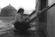 Senora Pepa haciendo bolillos con pajar de fondo