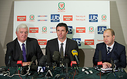 CARDIFF, WALES - Tuesday, December 14, 2010: Wales' new manager Gary Speed (C) with President Phil Pritchard (L) and Chief-Executive Jonathan Ford (R) during a press conference at the Vale of Glamorgan Hotel after his appointment by the Football Association of Wales. (Pic by: David Rawcliffe/Propaganda)