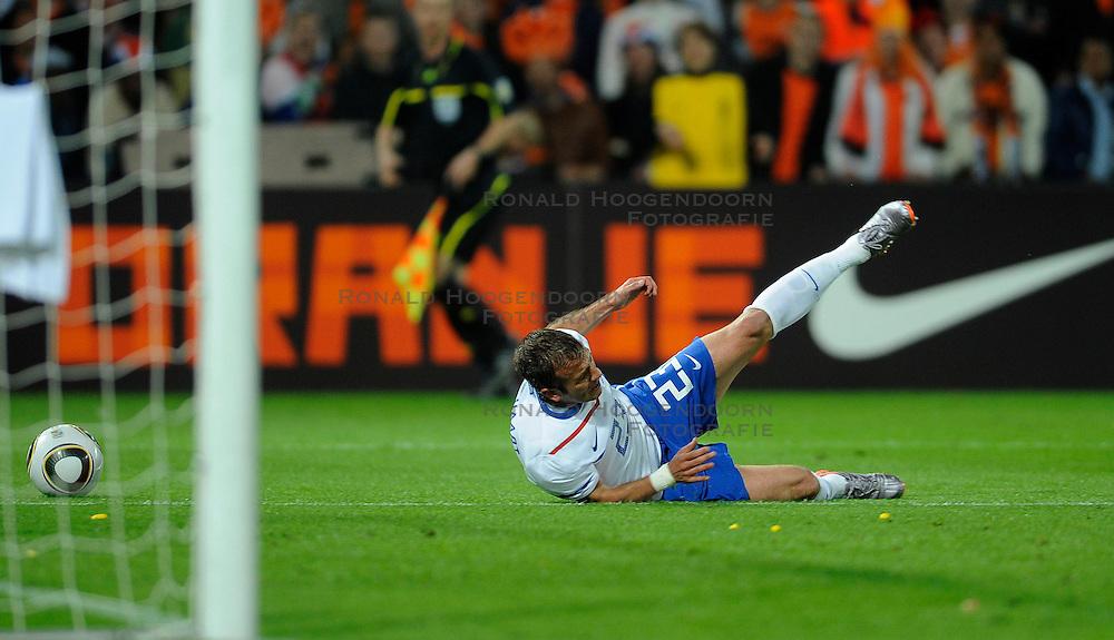 01-06-2010 VOETBAL: NEDERLAND - GHANA: ROTTERDAM<br /> Nederland wint vrij eenvoudig de oefenwedstrijd van Ghana / Rafael van der Vaart wordt binnen de 16 neergelegd, penalty<br /> &copy;2010-WWW.FOTOHOOGENDOORN.NL