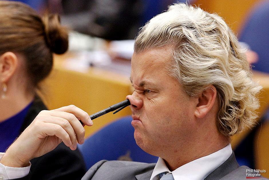 DEN HAAG - PVV Fractievoorzitter Geert Wilders speelt met zijn pen tegen zijn neus tijdens de tweede dag van de Algemene Beschouwingen. Foto: Phil Nijhuis