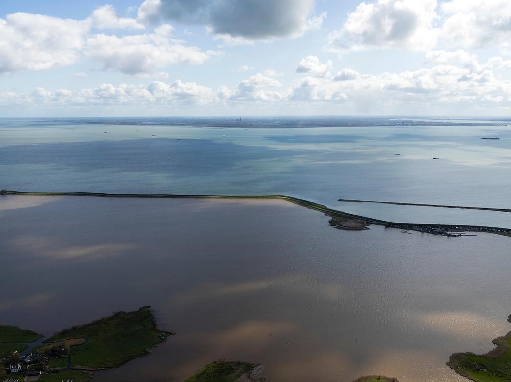 Nederland, Noord-Holland, Gemeente Waterland, 16-04-2012; Waterland. Zicht op het Kinselmeer en de UItdammerdijk (Waterlandse Zeedijk). In het IJmeer,onderdeel van het IJsselmeer, rechts het eilandje Pampus. Aan de horizon Flevoland met Almere  IJsselmeer aan de horizon..View on the IJmeer (lake) and Kinselmeer(lake, divided by the sea dike, near Amsterdam. The isle of Pampus (old fortress) right..luchtfoto (toeslag), aerial photo (additional fee required);.copyright foto/photo Siebe Swart