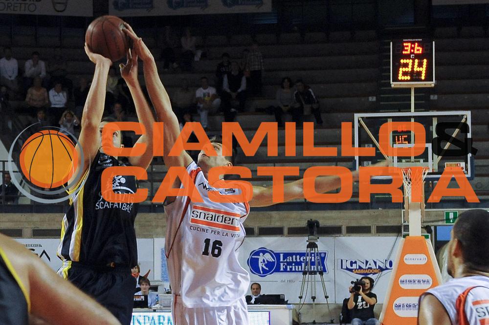 DESCRIZIONE : Udine Lega A2 2010-11 Snaidero Udine Sunrise Scafati<br /> GIOCATORE : Francesco Amoni vs Luigi Dordei<br /> SQUADRA :  Sunrise Scafati, Snaidero Udine<br /> EVENTO : Campionato Lega A2 2010-2011<br /> GARA : Snaidero Udine Sunrise Scafati<br /> DATA : 10/10/2010<br /> CATEGORIA : Tiro, Stoppata<br /> SPORT : Pallacanestro <br /> AUTORE : Agenzia Ciamillo-Castoria/S.Ferraro<br /> Galleria : Lega Basket A2 2009-2010 <br /> Fotonotizia : Udine Lega A2 2010-11 Snaidero Udine Sunrise Scafati<br /> Predefinita :