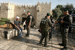 """22.10.2015, Jerusalem, ISR, Nahostkonflikt zwischen Israel und Palästina, im Bild Israelische Sicherheitskräfte bei einer Personen Durchsuchung // An Israeli police guard Israeli border checks a Palestinian man at Damascus gate in Jerusalem's Old City on October 22, 2015. U.S. Secretary of State John Kerry on Thursday expressed a """"cautious measure of optimism"""" following a meeting with Israeli Prime Minister Benjamin Netanyahu about proposals that would help defuse the deadly wave of recent violence in Israel and Palestinian territories, Israel on 2015/10/22. EXPA Pictures © 2015, PhotoCredit: EXPA/ APAimages/ Mahfouz Abu Turk<br /> <br /> *****ATTENTION - for AUT, GER, SUI, ITA, POL, CRO, SRB only*****"""