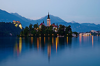 Slovenie, region de Gorenjska, le lac Bled et les Alpes Julian, eglise de l Assomption // Slovenia, Bled, Lake Bled and Julian Alps, church of the Assumption