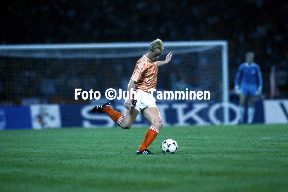 UEFA European Championship - West Germany 1988<br /> 12.6.1988, M&uuml;ngersdorferstadion, K&ouml;ln.<br /> Group 2, Holland v Soviet Union<br /> Ronald Koeman - Holland