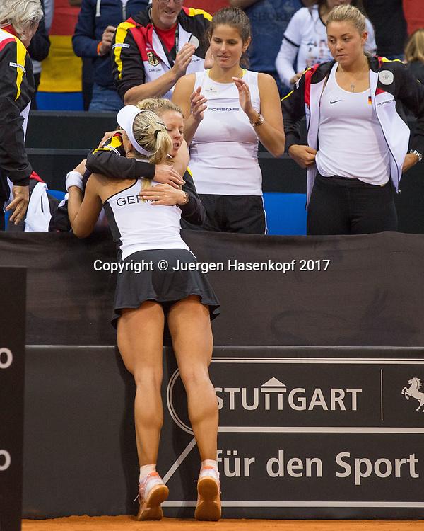 Fed Cup GER-UKR, Deutschland - Ukraine, <br /> Porsche Arena, Stuttgart, <br /> ANGELIQUE KERBER (GER) umarmt LAURA SIEGEMUND (GER) nach ihrem Sieg, JULIA GOERGES und CARINA WITTHOEFT schauen zu.