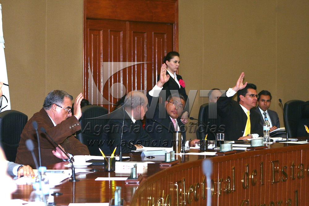 Toluca, México.- Durante la sesión del Consejo  General del IEEM  se aprobó aplicar una sanciones administrativas a varios ciudadanos por varias faltas durante el proceso electoral 2012.  Agencia MVT / José Hernández