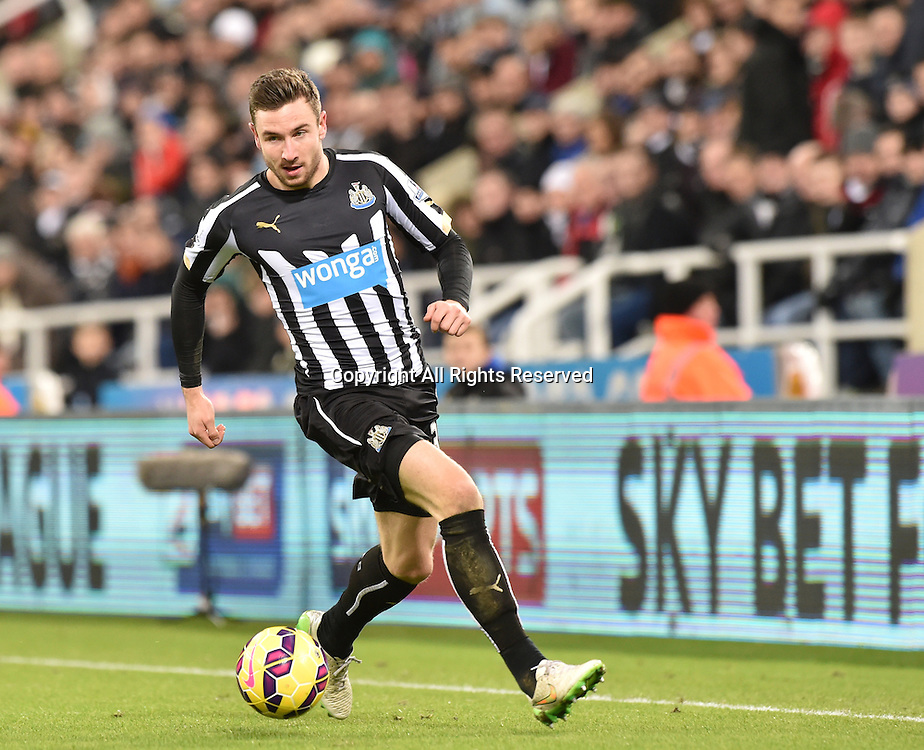 28.12.2014. Newcastle, England. Premier League. Newcastle versus Everton. Paul Dummett of Newcastle United runs down the wing