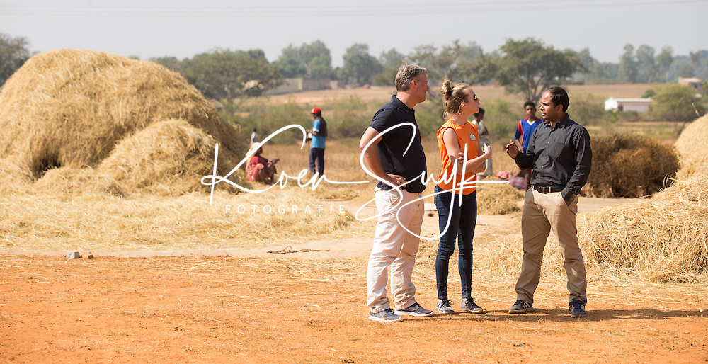 KHUNTI (Jharkhand) -  Trainersopleiding   ONE MILLION HOCKEY LEGS  is een project , geïnitieerd door de Nederlandse- en Indiase overheid, met het doel om trainers en coaches op te leiden en  500.000 kinderen in India te laten hockeyen.  Ex international Floris Jan Bovelander  (l)  is een van de oprichters en het gezicht van OMHL.. in gesprek met projectleider Bo Peijs en rechts Yana Deb.   COPYRIGHT KOEN SUYK