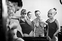 From the Ballet students show 15th of March 2011. Dancers from The Icelandic Classic Dance School prepare for the show. Frá nemendasýningu Klassíska Listdansskólans í Borgarleikhúsinu 15. mars 2011, nemendur undirbúa sig fyrir sýninguna.