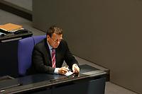 09 SEP 2003, BERLIN/GERMANY:<br /> Gerhard Schroeder, SPD, Bundeskanzler, schreibt eine Notiz, in einem Sonnenstrahl, Bundestagsdebatte zum Haushaltsgesetz 2004, Plenum, Deutscher Bundestag<br /> IMAGE: 20030909-01-035<br /> KEYWORDS: Gerhard Schröder, Sonne, schreiben