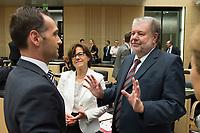 29 JUN 2012, BERLIN/GERMANY:<br /> Heiko Maas (L), SPD, Minister fuer Wirtschaft, Arbeit, Energie und Verkehr Saarland, und Kurt Beck (R), SPD, Ministerpraesident Rheinland-Pfalz, vor Beginn der Bundesratsdebatte zum Fiskalpakt, zum dauerhaften Euro-Rettungsschirm ESM, zur ESM-Finanzierung und zur Aenderung des Vertrags über die Arbeitsweise der Europaeischen Union , Plenum, Bundesrat<br /> IMAGE: 20120629-02-005<br /> KEYWORDS: Fiskalpakt, dauerhafter Rettungsschirm EFSM, Fiskalvertrag, Einrichtung des Europäischen Stabilitätsmechanismus, Europäischen Stabilitätsmechanismus ESM-Finanzierungsgesetz ESMF, Stabilitaetsunion