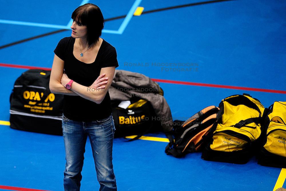 27-10-2012 VOLLEYBAL: SV DYNAMO - PRISMAWORX STRAVOC: APELDOORN<br /> Eerste divisie B vrouwen / Trainer Ellen Luttikhuis<br /> &copy;2012-FotoHoogendoorn.nl