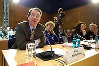 19 MAY 2005, BERLIN/GERMANY:<br /> Franz Muentefering (L), SPD Parteivorsitzender, Prof. Dr. Gesine Schwan (M), Praesidentin der Europa-Universitaet Viadrina, und Andrea Nahles (R), SPD, 4. Programmforum der SPD zur Fortschreibung des SPD Grundsatzprogramms, Willy-Brandt-Haus<br /> IMAGE: 20050519-01-027<br /> KEYWORDS: Franz Müntefering