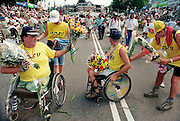 Nederland, Nijmegen, 22-7-1995Voor de eerste keer mogen deelnemers in een rolstoel als experiment meedoan met de vierdaagse. Na lang aandringen van o.a. de WIG, werkgroep integratie gehandicapten, en een postief advies van staatssecretaris Erica Terpstra heeft de marsleiding bakzeil gehaald.Het vierdaagselegioen loopt over de Via Gladiola Nijmegen binnen. Na een feestelijke intocht volgt de uiteindelijke finish en het ophalen van het kruisje, vierdaagsekruisje, op de Wedren. The International Four Day Marches Nijmegen (or Vierdaagse) is the largest marching event in the world. It is organized every year in Nijmegen mid-July as a means of promoting sport and exercise. Participants walk 30, 40 or 50 kilometers daily, and on completion, receive a royally approved medal, Vierdaagsekruis. Since 1995 the marches are open for disabled persons in a wheelchair.The participants are mostly civilians, but there are also a few thousand military participants. In 2004 a restriction on the maximum number of registrations is 45,000 registrations. More than a hundred countries have been represented in the Marches over the years.Foto: Flip Franssen/Hollandse Hoogte