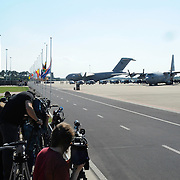 Zes dagen na de crash van vlucht MH17 zijn de eerste lichamen van slachtoffers overgebracht naar Nederland. De Nederlandse C130 Hercules en een Australische C17 Globemaster vlogen de 40 lichamen van de internationale luchthaven van Charkov naar Eindhoven. In totaal zijn vandaag 40 lichamen in Nederland aangekomen. <br /> <br /> Six days after the crash of flight MH17 are the first bodies of victims to the Netherlands. The Dutch C130 Hercules and an Australian C17 Globemaster flew the 40 bodies of the Kharkov International Airport to Eindhoven. A total of 40 bodies arrived today in the Netherlands.<br /> <br /> Op de foto / On the Photo:  Eerste lichamen van de slachtoffers van de vliegtuigramp komen aan op nederlandse bodem / First bodies of the victims of the plane crash arrive on Dutch soil