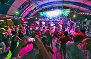 Nederland, Nijmegen, 18-7-7-2017Recreatie, ontspanning, cultuur, dans, theater en muziek in de binnenstad. Onlosmakelijk met de vierdaagse, 4daagse, zijn in Nijmegen de vierdaagse feesten, de zomerfeesten. Talrijke podia staat een keur aan artiesten, voor elk wat wils. Een week lang elke avond komen ruim honderdduizend bezoekers naar de stad. De politie heeft inmiddels grote ervaring met het spreiden van de mensen, het zgn. crowd control. De vierdaagsefeesten zijn het grootste evenement van Nederland en verbonden met de wandelvierdaagse. Diverse locaties Zomerfeesten, vierdaagsefeesten.Hennis Latin Stage, latinmusicFoto: Flip Franssen