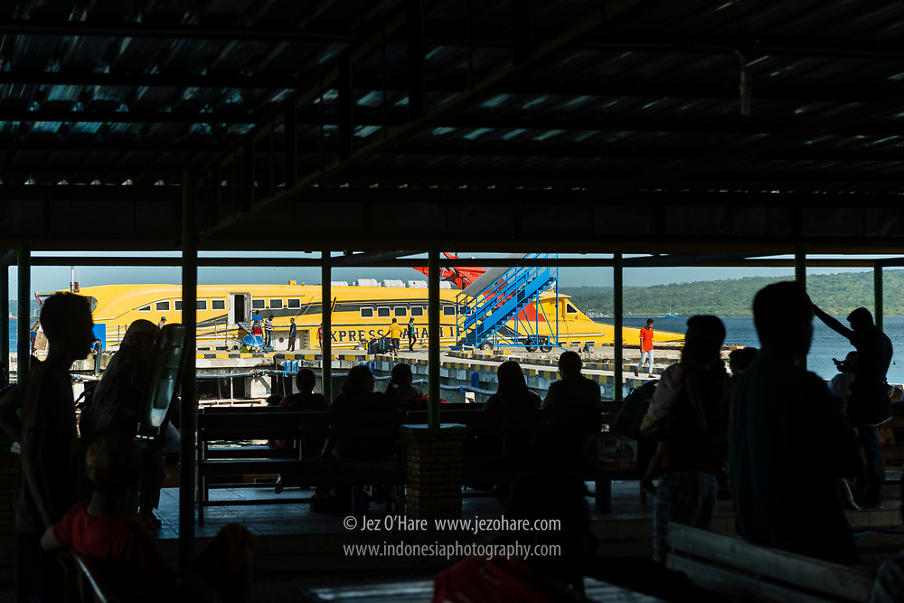 Menunggu di Terminal Feri cepat Kupang-Rote di Pelabuhan Kota Kupang, Timor, Nusa Tenggara Timur, Indonesia.