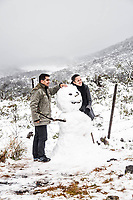 Casal ao lado de boneco de neve. Urubici, Santa Catarina, Brazil. / Couple at the side of a snowman. Urubici, Santa Catarina, Brazil.